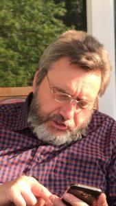 Achim - beim Studieren der Tastatur auf seinem Smartphone